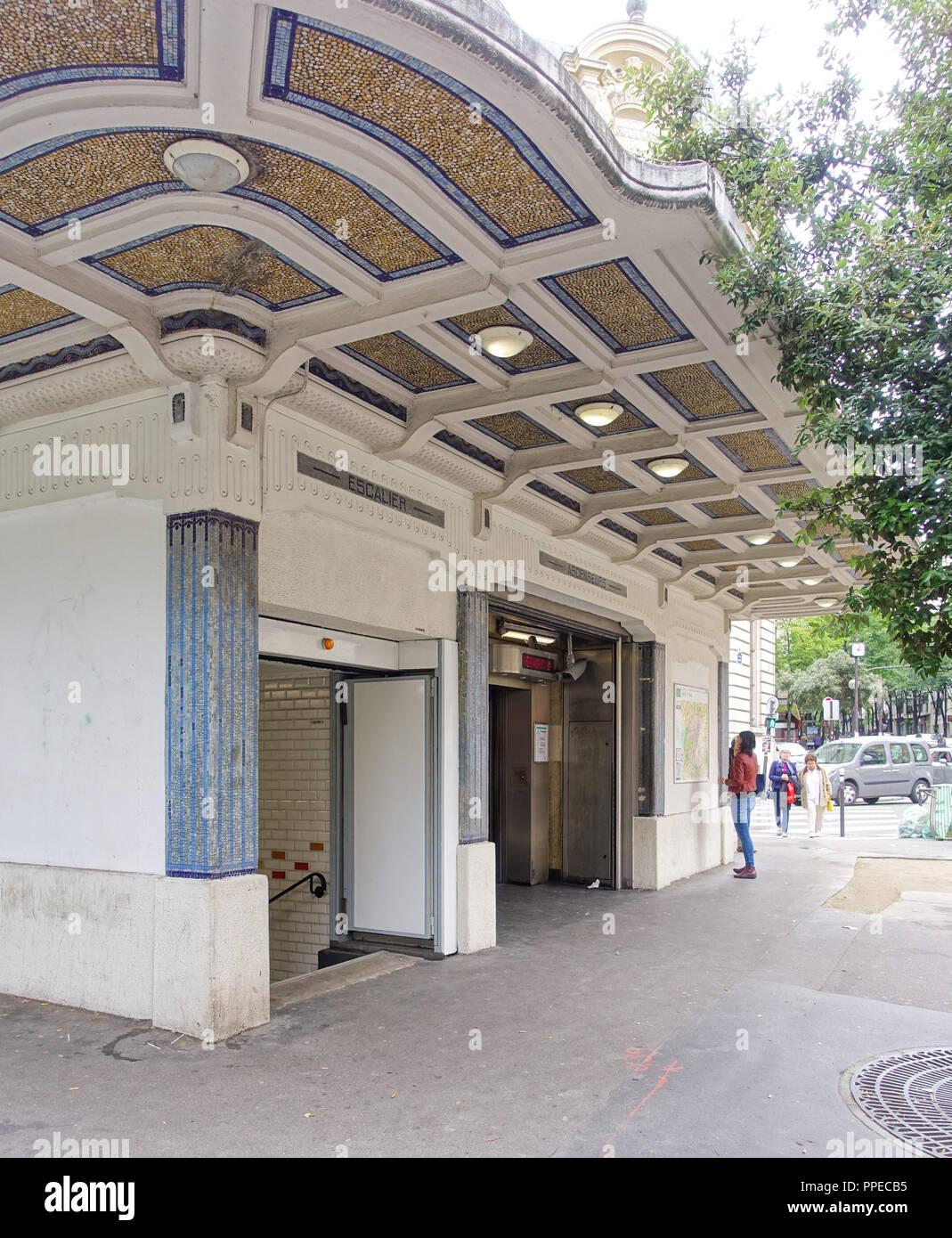 Paris, Metro Linie 3bis, Art-Déco-Entrée Stock Photo: 220363897 - Alamy