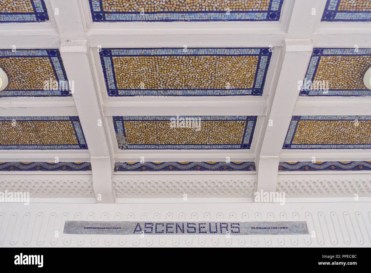 Paris, Metro Linie 3bis, Art-Déco-Entrée Stock Photo: 220363904 - Alamy