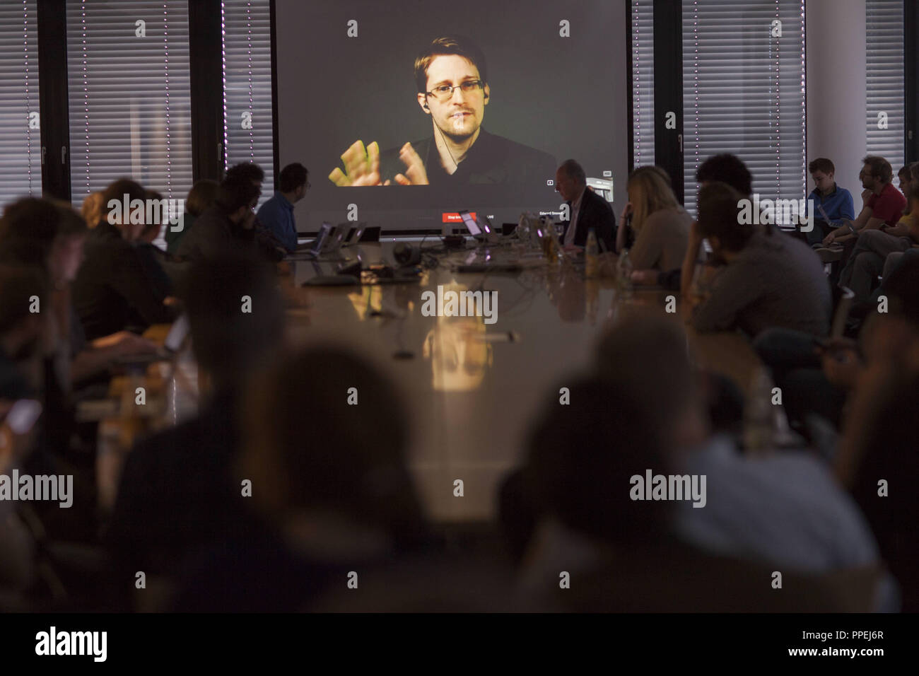 As part of the Editor'S Lab Congress of the Sueddeutsche Zeitung (SZ) and the Global Editors Network (GEN), the US-American journalist and GEN board member Dan Gillmor (far right in the background) conducts a virtual live interview with the whistleblower Edward Snowden. - Stock Image