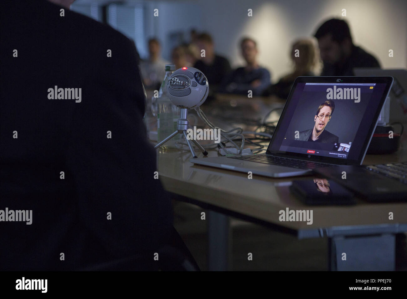 As part of the Editor'S Lab Congress of the Sueddeutsche Zeitung (SZ) and the Global Editors Network (GEN), the US-American journalist and GEN board member Dan Gillmor (left) conducts a virtual live interview with the whistleblower Edward Snowden. - Stock Image