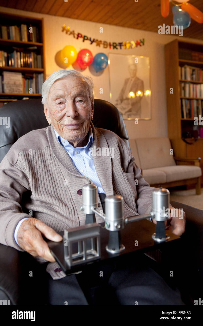 Heinz Billing, a German physics professor and inventor of the digital computers  G1, G2 and G3, pictured the day after his 100th birthday at his residence in Garching. - Stock Image