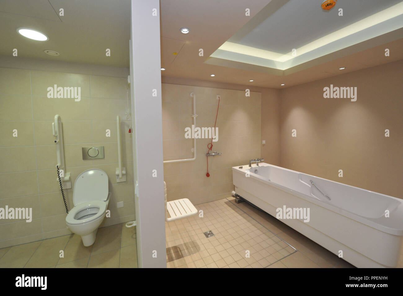 Therapeutic bath in the geriatric psychiatric department in the Dementia Competence Centre of Diakonie Neuendettelsau and the Workers' Welfare Association Munich in the Landsberger Strasse 367 in Laim. - Stock Image