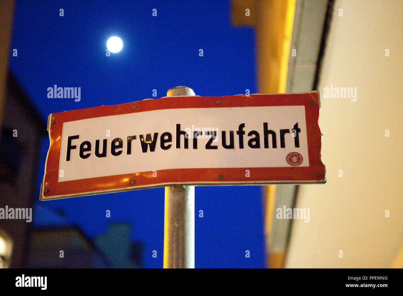 Sign with the inscription 'Fire lane' in the Schwabing district of Munich. - Stock Image