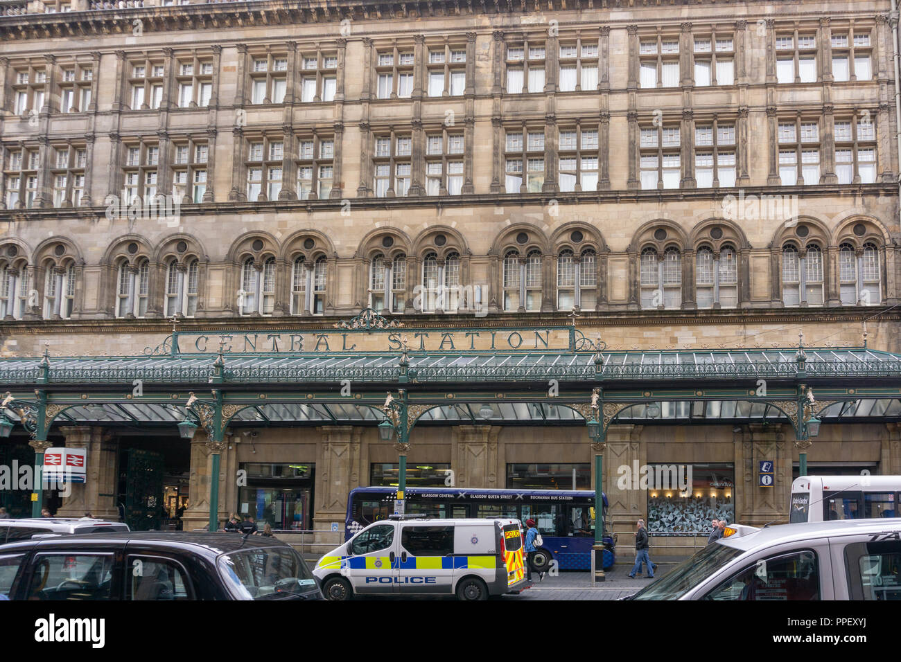 Glasgow City, Scotland, UK - September 22, 2018: The front entrance to Glasgow central station busy with pedestrians and traffic. - Stock Image