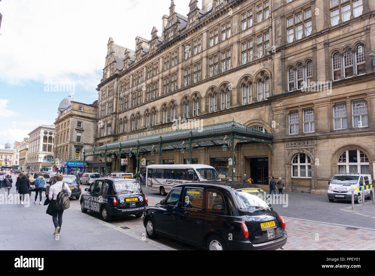 Glasgow City, Scotland, UK - September 22, 2018: Looking along the Goedon Street entrance to Glasgow Central Station busy with pedestrians and traffic - Stock Image
