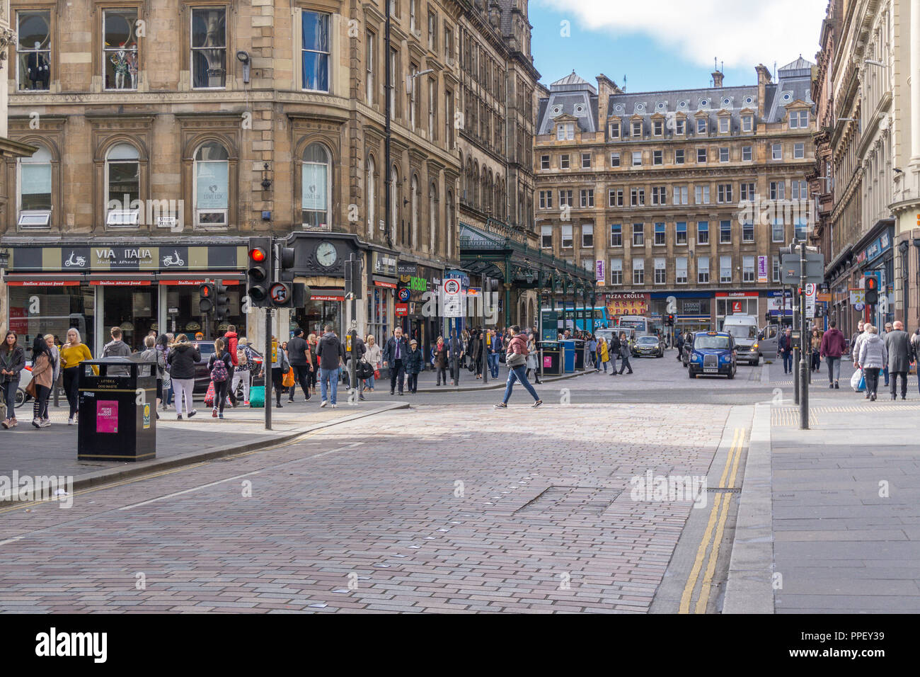 Glasgow City, Scotland, UK - September 22, 2018: Gordon St looking along to Glasgow central Station very busy with pedestrians and traffic. - Stock Image