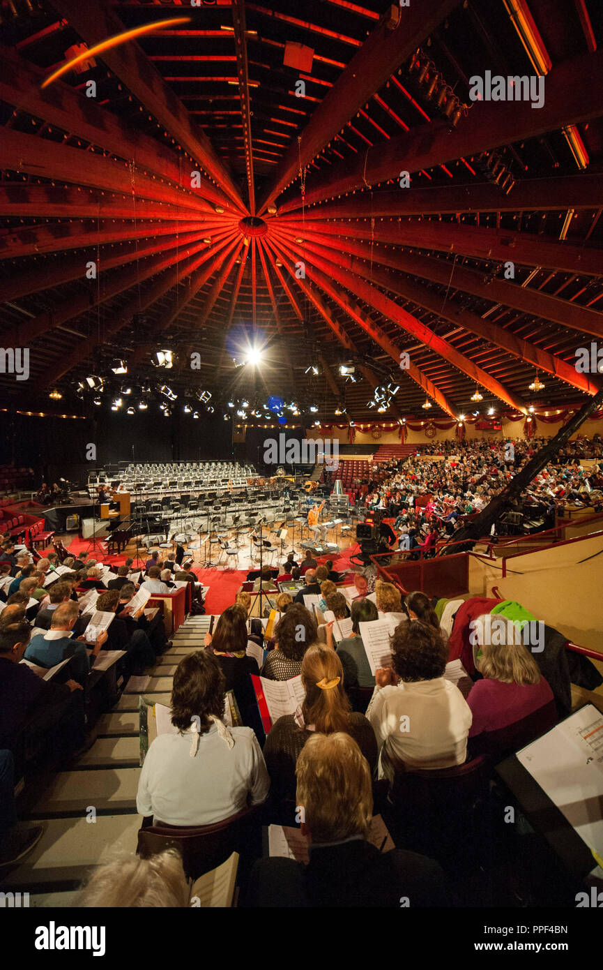 In the Circus Krone Building in Munich 1500 amateur choristers sing together with the Bavarian Radio professional choir under the direction of conductor Peter Dijkstra for a live broadcast of the Bayerischer Rundfunk (Bavarian Radio). Stock Photo