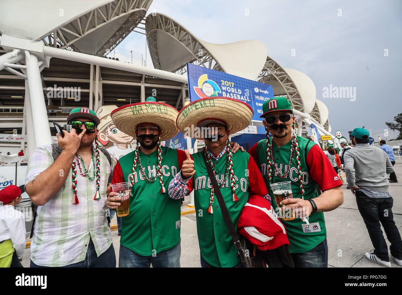Fanáticos del Beisbol disfrazados con sombreros de Charros y jersey de Mexico en la fachada del Estadio Olimpico Panamericano o Estadio Charros de Jal - Stock Image