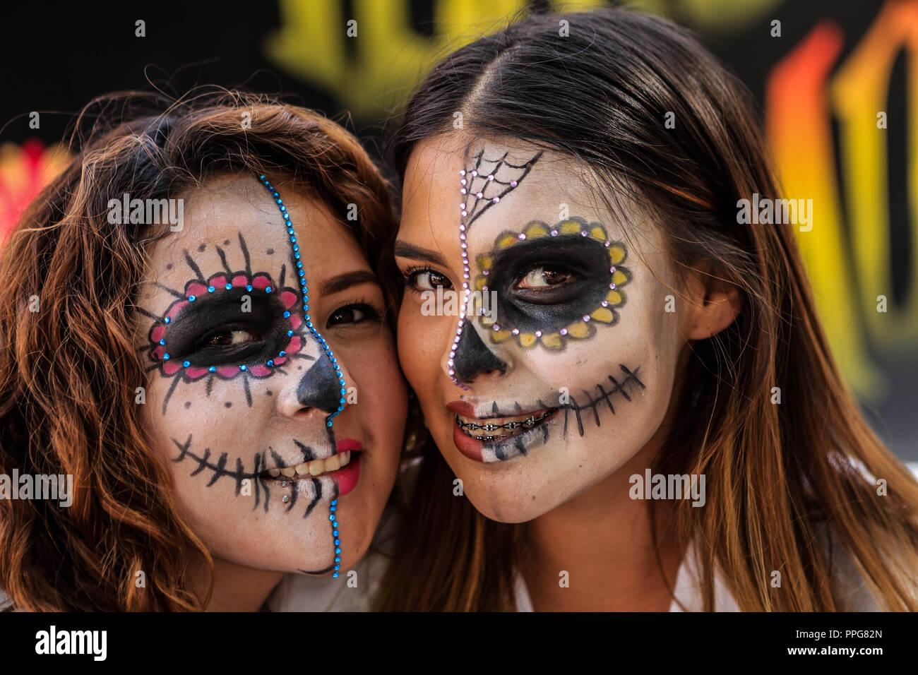 Estudiantes De Preparatoria Con Maquillaje De Catrina En Sus Rostros
