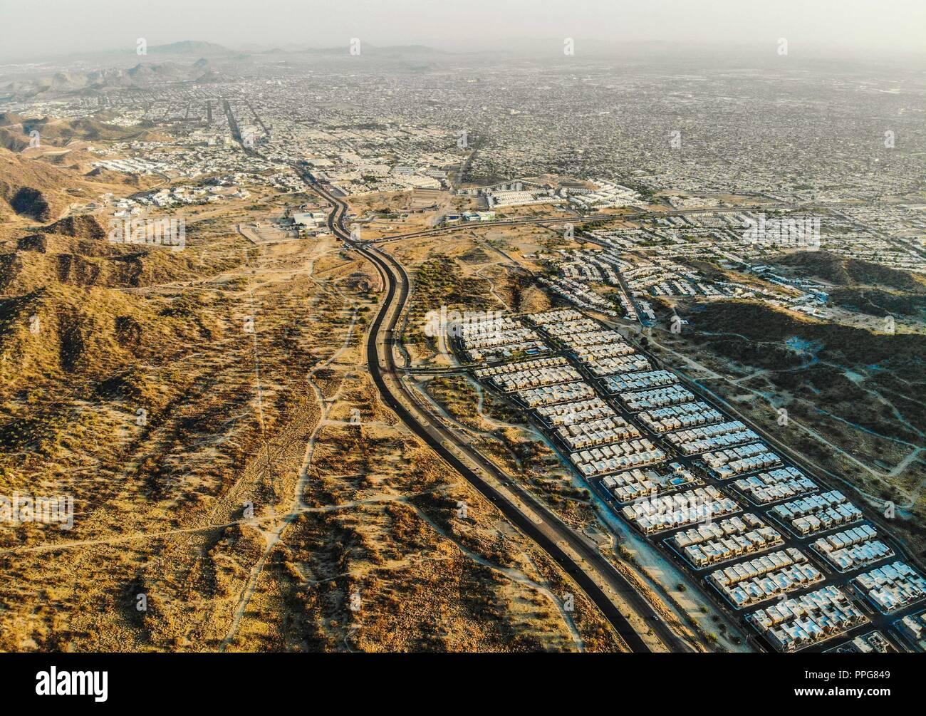 Vista aerea del bulevar Morelos final en el norte de Hermosillo. Desierto y Cerro del Bachoco. Desert (Photo: Luis Gutierrez / NortePhoto) ... keyword - Stock Image