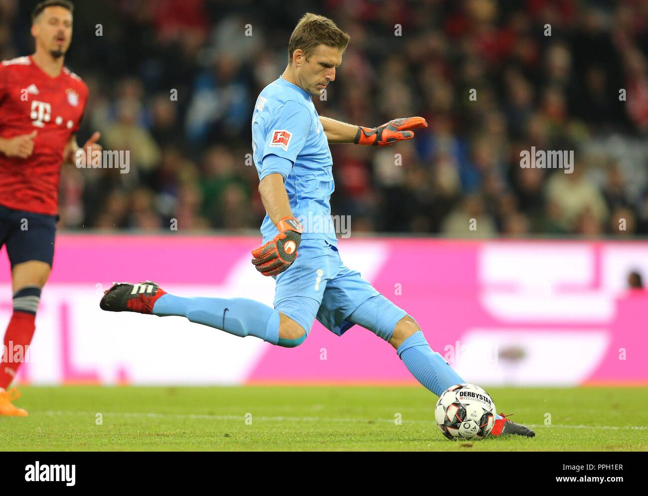 firo: 25.09.2018 Fuvuball, Football: 1.Bundesliga FC Bayern Munich - FC Augsburg, Andreas Luthe, Augsburg, single action | usage worldwide Stock Photo