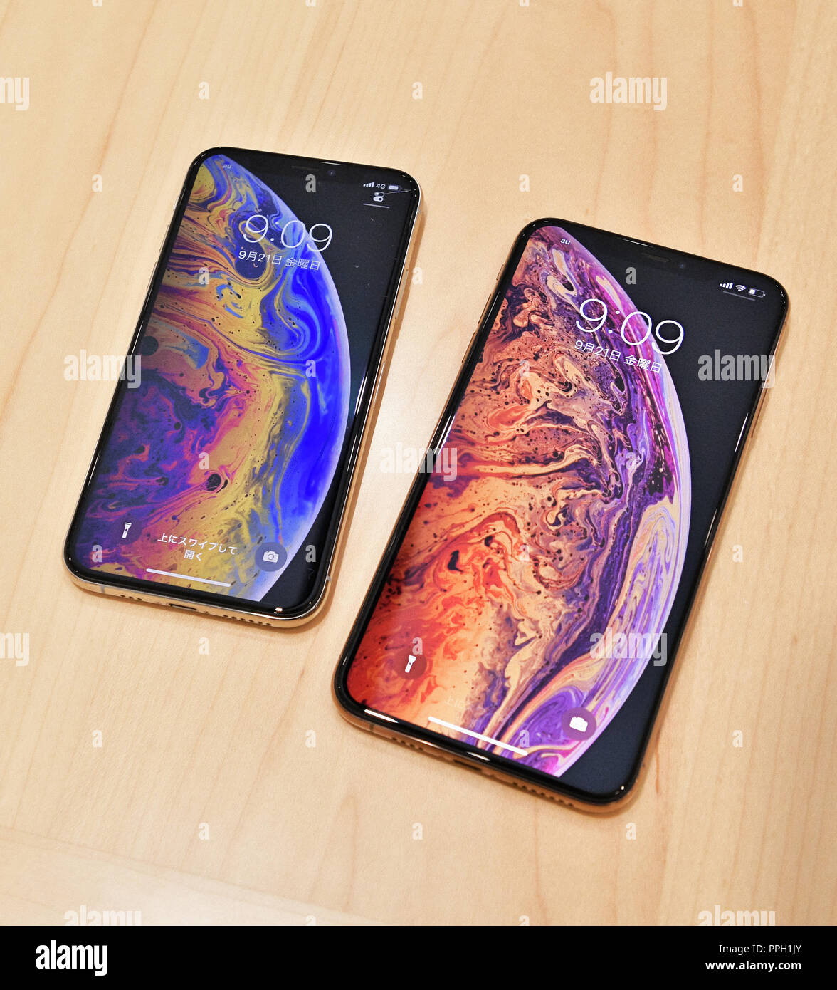 iPhone Xs, Apple, KDDI, au, September 21, 2018, Tokyo, Japan : The new iPhone Xs and Xs Max (R) are displayed during launch day at the KDDI's au Shinjuku store in Tokyo, Japan, on September 21, 2018. Credit: AFLO/Alamy Live News - Stock Image