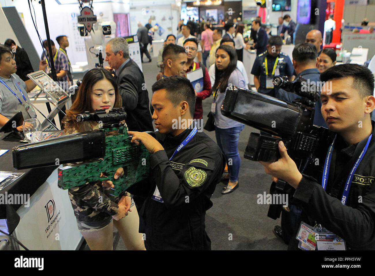 Pasay City, Philippines. 26th Sep, 2018. Filipino policemen try 'drone-slayer' rifles showcased in the 2018 Asian Defense, Security and Crisis Management (2018 ADAS) exhibition and conference in Pasay City, the Philippines, Sept. 26, 2018. The 2018 ADAS features conferences and exhibitions on the technologies on defense, homeland security and disaster relief. Credit: Rouelle Umali/Xinhua/Alamy Live News - Stock Image