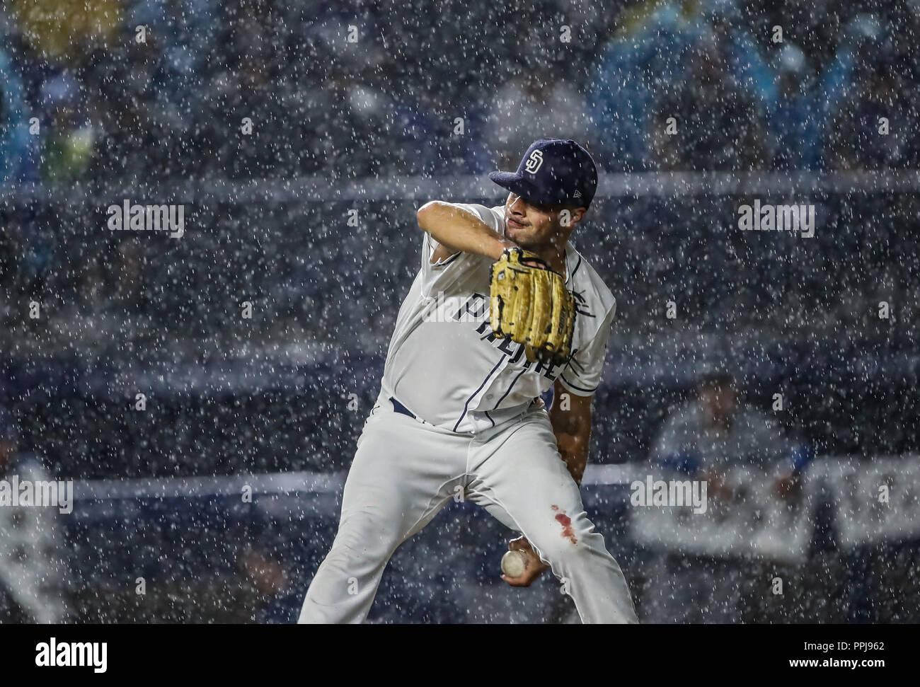 Joey Lucchesi pitcher inicial de San Diego lanza la pelota bajo la intensa lluvia, durante el partido de beisbol de los Dodgers de Los Angeles contra  - Stock Image