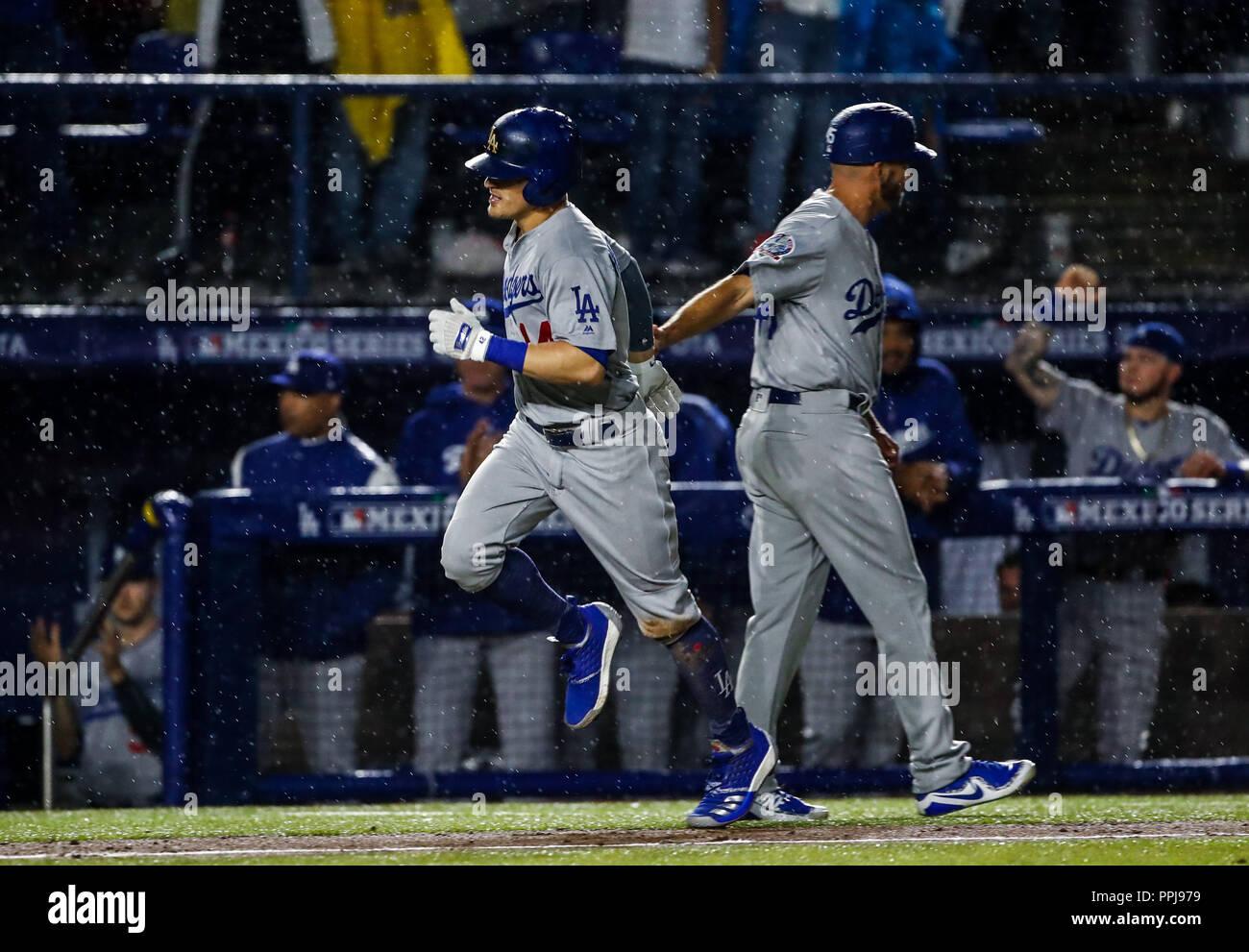Enrique Hernandez de los Dodgers conecta cuadrangular, durante el partido de beisbol de los Dodgers de Los Angeles contra Padres de San Diego, durante - Stock Image