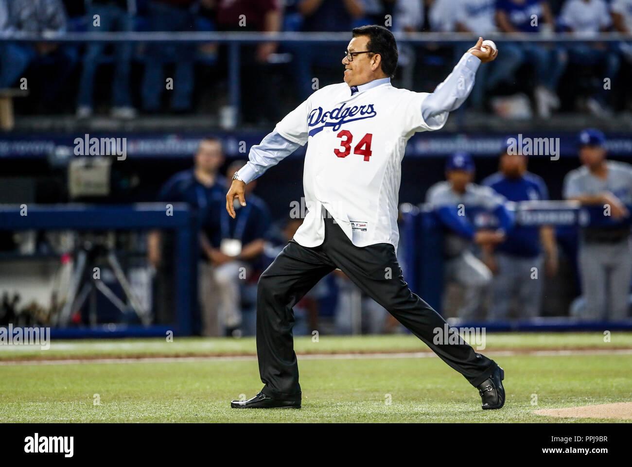 Fernando Valenzuela lanza la primera bola para el playball del partido de beisbol de los Dodgers de Los Angeles contra Padres de San Diego, durante el - Stock Image