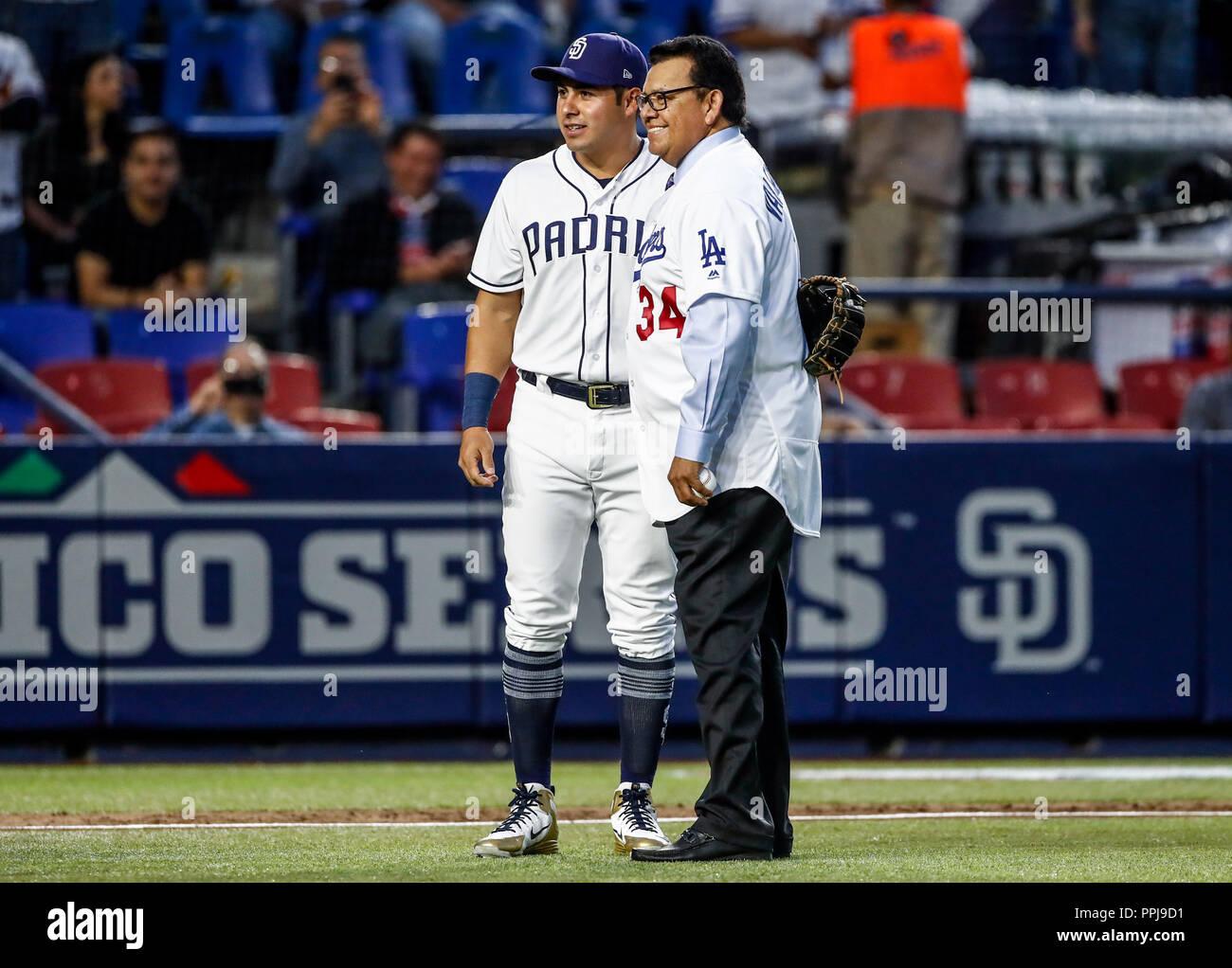 Fernando Valenzuela acompañado de Christian Villanueva,  lanza la primera bola para el playball del partido de beisbol de los Dodgers de Los Angeles c - Stock Image