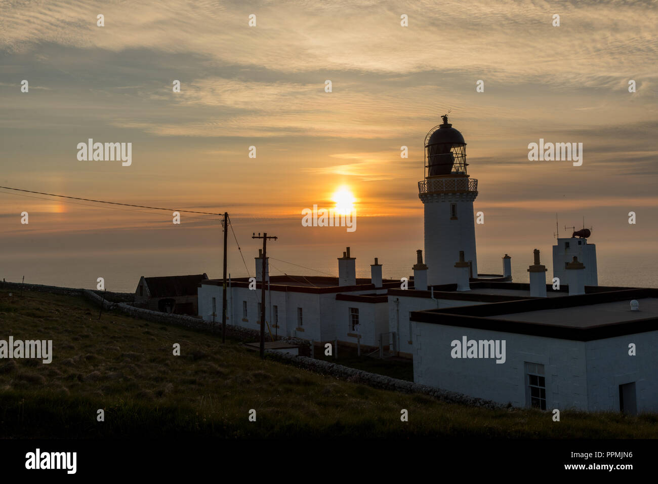 Nebliger Abend am Dunnet head Liughthouse - Stock Image