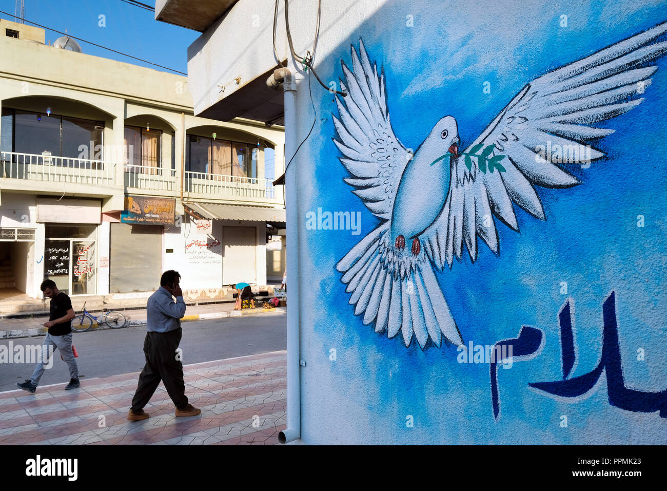 Peace dove on a wall, painting in Telesquf village, Nineveh Plain, Northern Iraq, Kurdish Autonomous Region - Friedenstaube an einer Wand im Ort Telesquf,  Nord-Irak, Kurdistan - Stock Image
