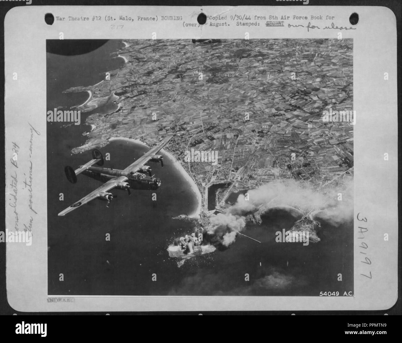 Bombardement aérien du Grand Bé à Saint-Malo, août 1944. - Stock Image