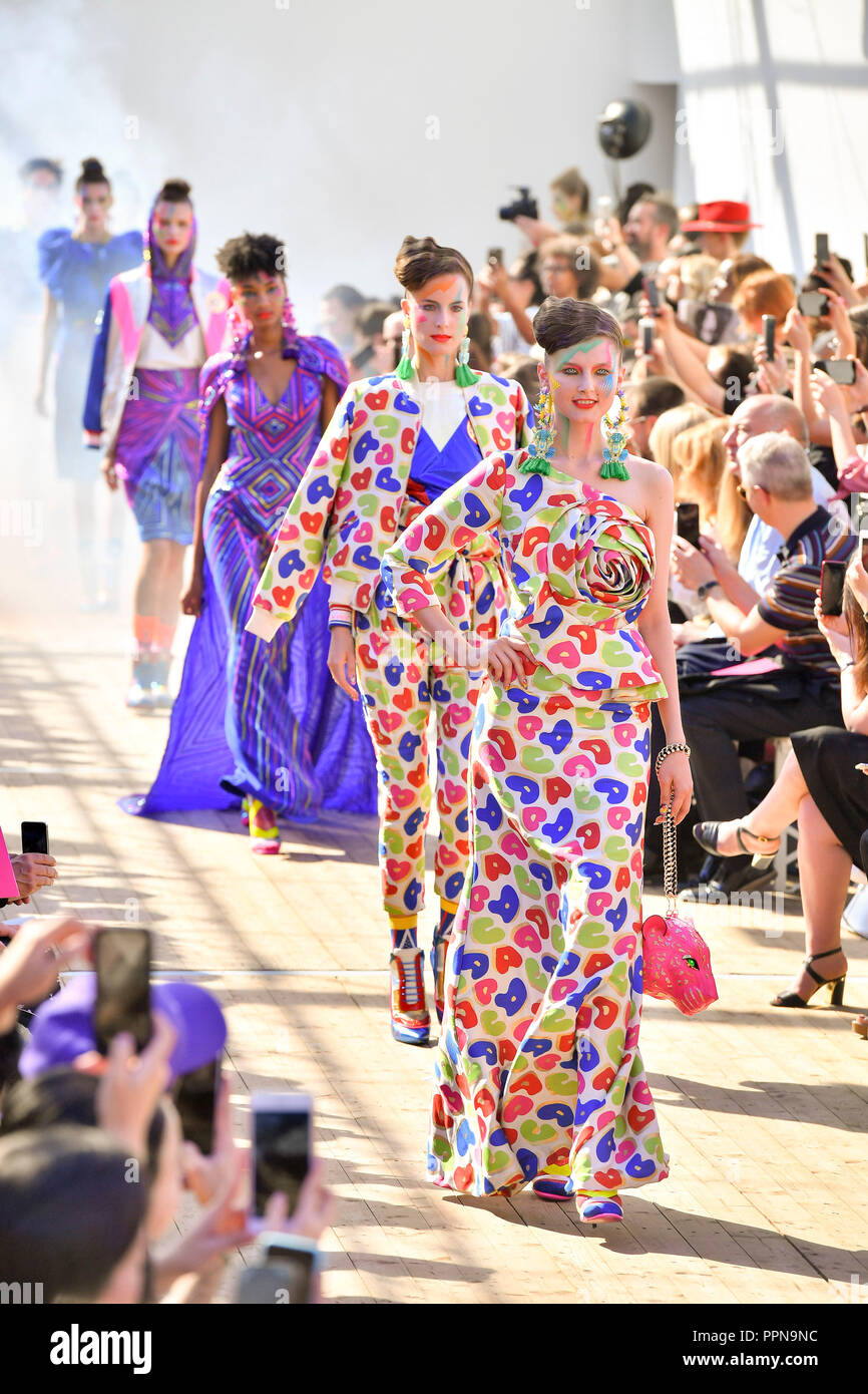 Paris. 27th Sep, 2018. Models present creations of Manish Arora during the 2019 Spring/Summer Women's collection show in Paris, France on Sept. 27, 2018. Credit: Chen Yichen/Xinhua/Alamy Live News Stock Photo