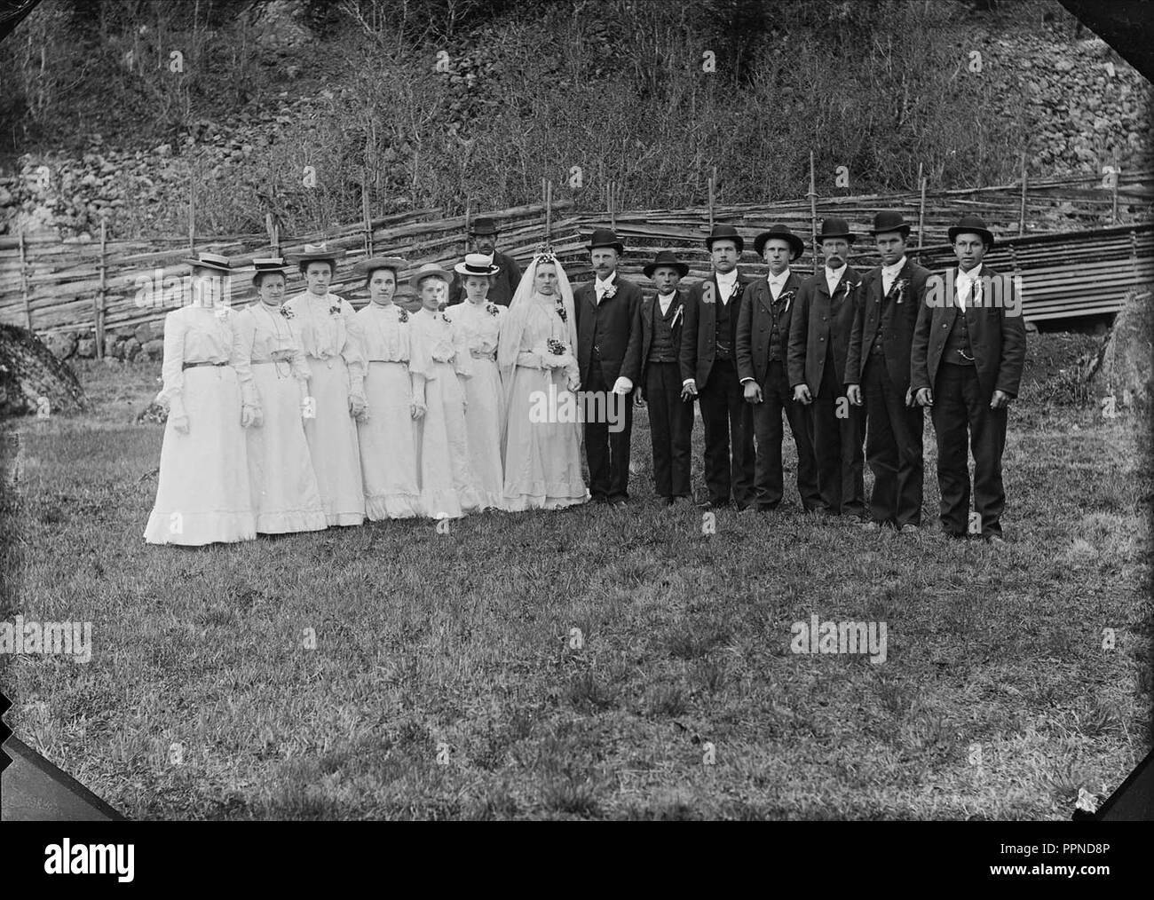 Bondas-Fredrik Larsson i Norränge gifter sig med lärarinnan Sara Ottosson, Dalarna 1905 - - Stock Image