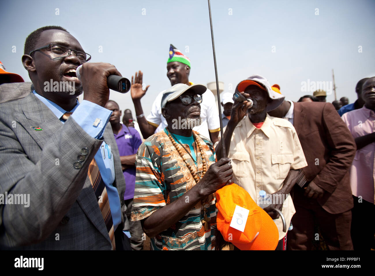 9 december 2010 - Juba, South Sudan - Southern Sudanese citizens march in the streets in support of the independence referendum in Juba, South Sudan. The march ended at the large outdoor mausoleum for Dr John Garang, where it swelled into a rally with political leaders and activists giving speeches. According to South Sudanese officials, more than 2.8 million people have registered to vote in the referendum. The referendum on whether the oil-producing region should declare independence, scheduled for Jan. 9, is the climax of a 2005 peace deal that ended decades of north-south conflict - Africa - Stock Image