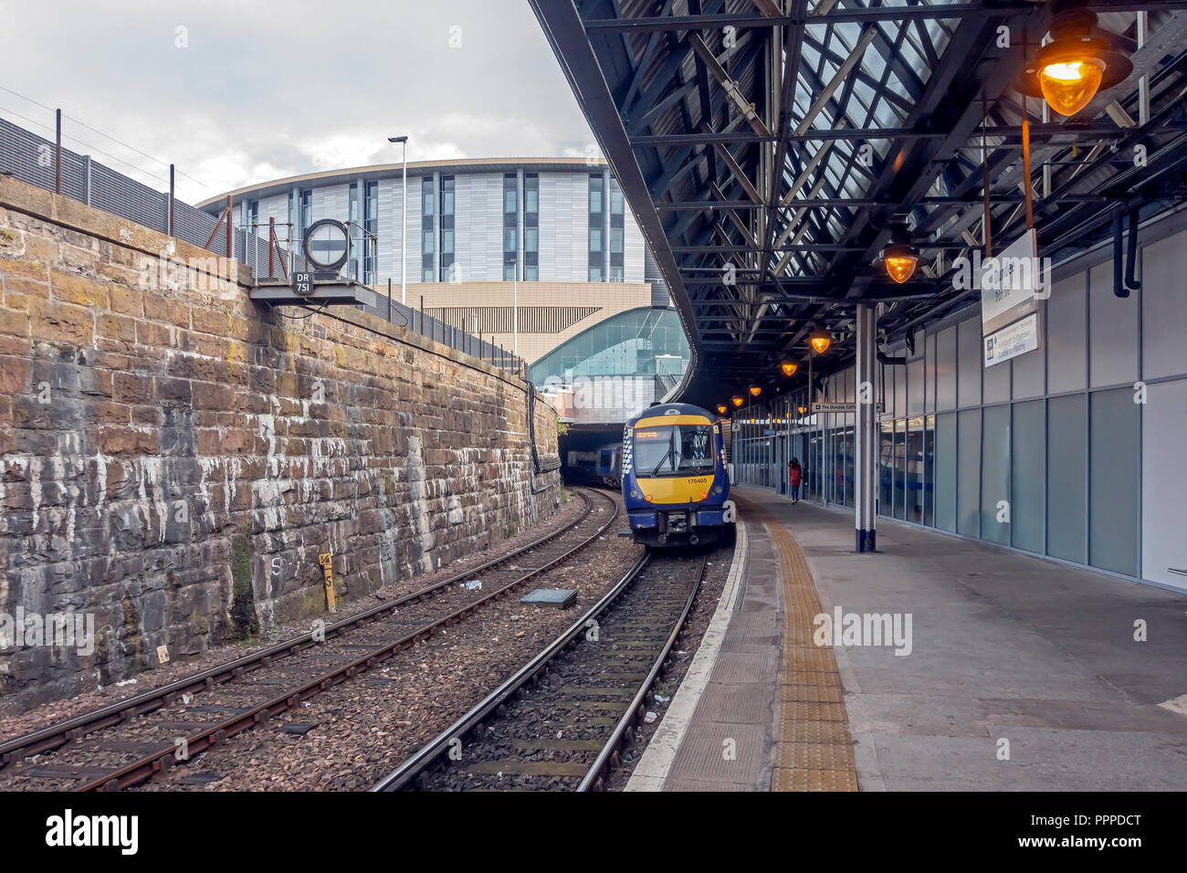 Sleeperz Hotel Dundee above Dundee Railwlay Station in South Union Street Dundee Scotland UK with train departing for Aberdeen - Stock Image