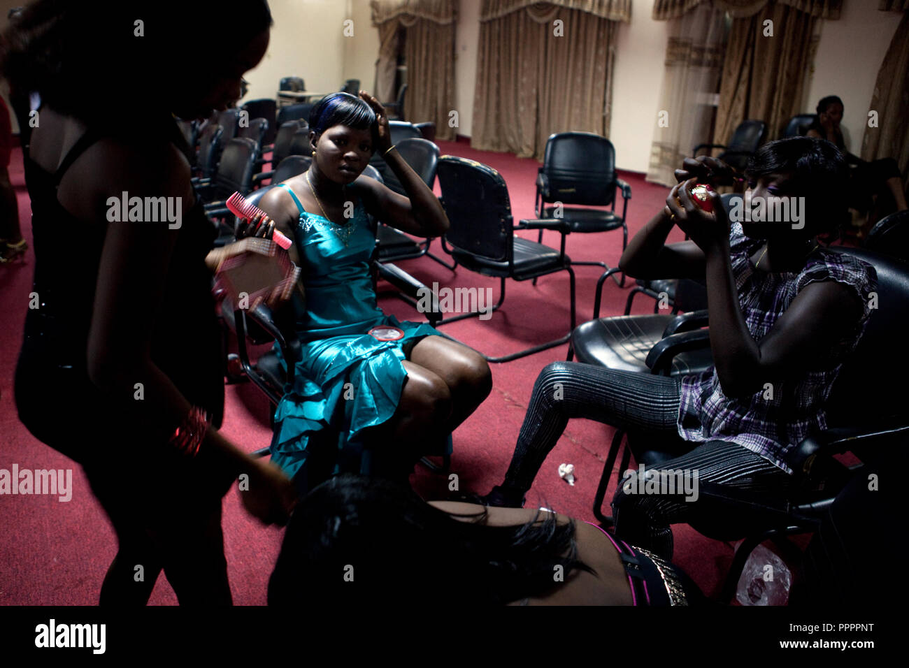 4 december 2010 - Juba, Southern Sudan - Contestants getting ready to participate in Miss Malaika South Sudan 2010 at Nyakuron Cultural Centre Juba. The contest featured 15 women from all 10 of South Sudan's states. The event was a way to show off their talents, traditions and culture. The competition was originally put together in 2005 by the southern Sudanese diaspora living in neighbouring Kenya. The word 'Malaika' means angel in Kiswahili, spoken widely in Kenya, the country where tens of thousands of southerners fled to, during ongoing conflicts. photo credit: Benedicte Desrus - Stock Image