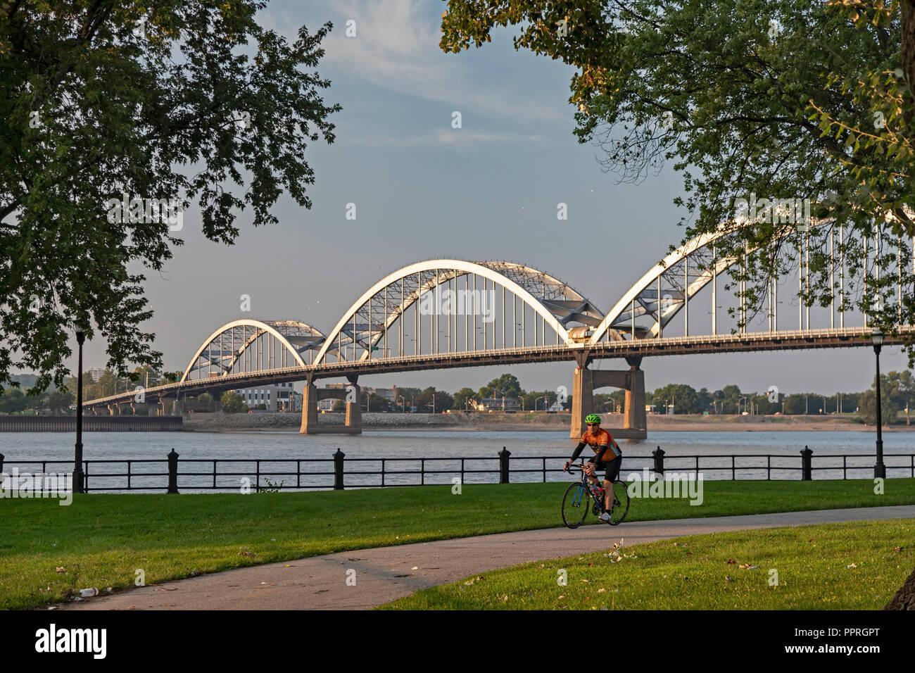 Davenport, Iowa - The Rock Island Centennial Bridge connects Davenport, Iowa (foreground) with Rock Island, Illinois across the Mississippi River. - Stock Image