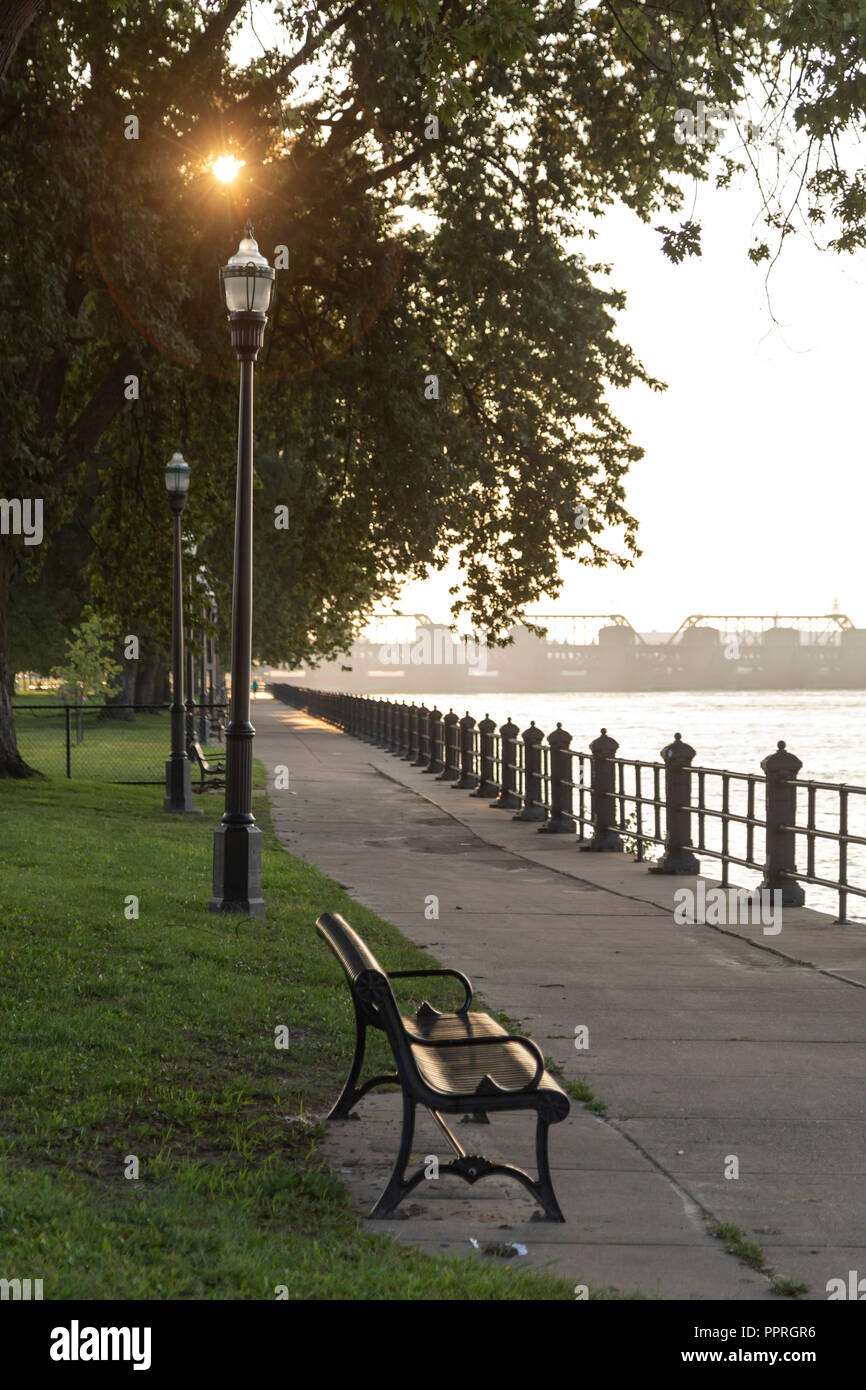 Davenport, Iowa - Riverwalk along the Mississippi River in LeClaire Park. - Stock Image