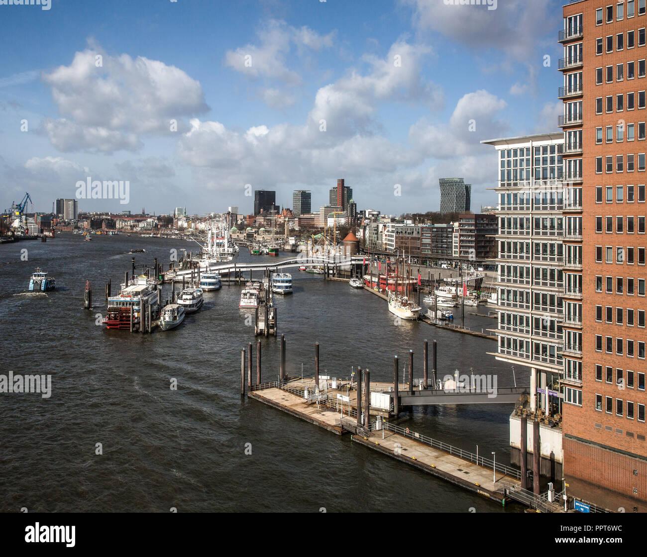 Hamburg, Elbphilharmonie, Wandelhalle genannt Plaza, Blick vom Westfenster der PLAZA auf den Hafen, Entwurf Herzog & de Meuron, erbaut 2007-2016 Stock Photo