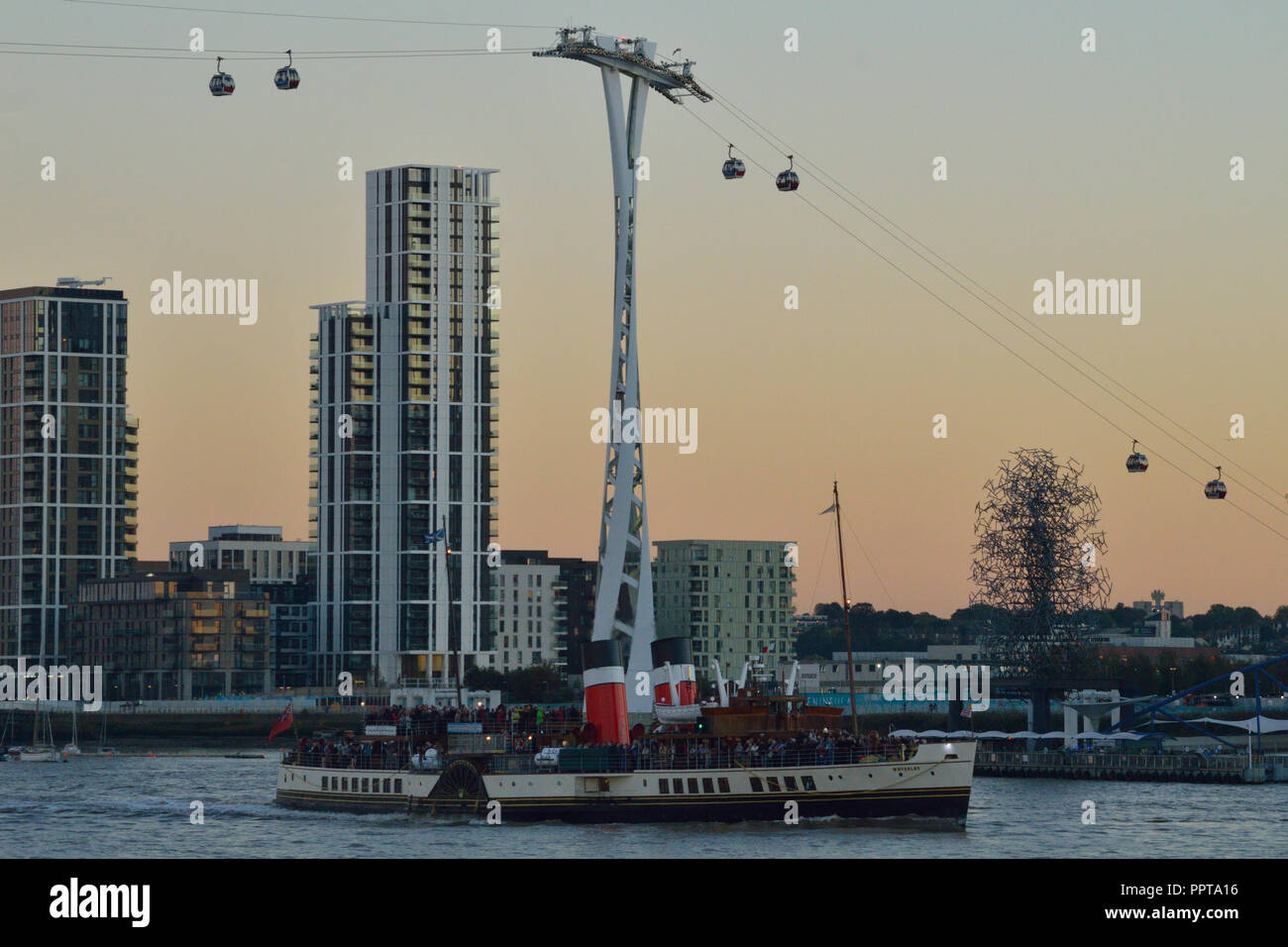 Historic Paddle Steamer 'Waverley' heads up the Thames to London passing the Emirates Air Line cable car Stock Photo