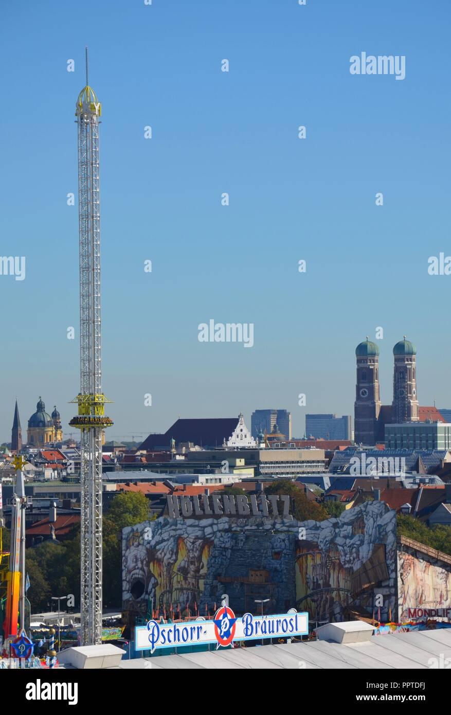 Auf dem Oktoberfest in München, Bayern, im September 2018, mit der Frauenkirche (Dom) - Stock Image