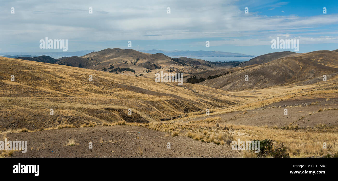 Along the road from San Pedro de Tiquina to Copacabana on the Titicaca lake, the largest highaltitude lake in the world (3808m) – Bolivia - Stock Image