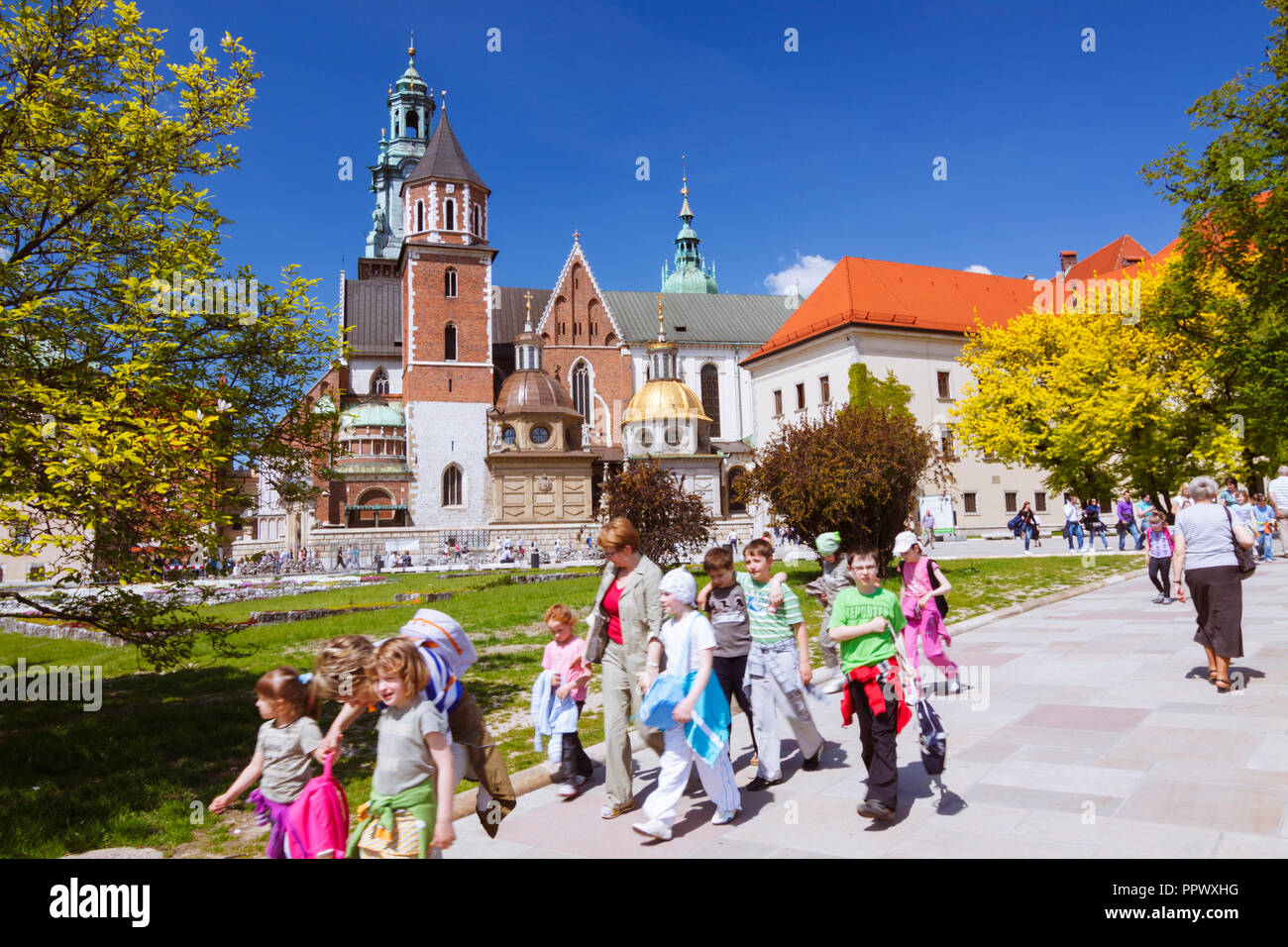 Krakow, Poland : A group of schoolchildren walks past the Wawel Cathedral on Wawel Hill. First built and destroyed in the 11th century; the constructi - Stock Image