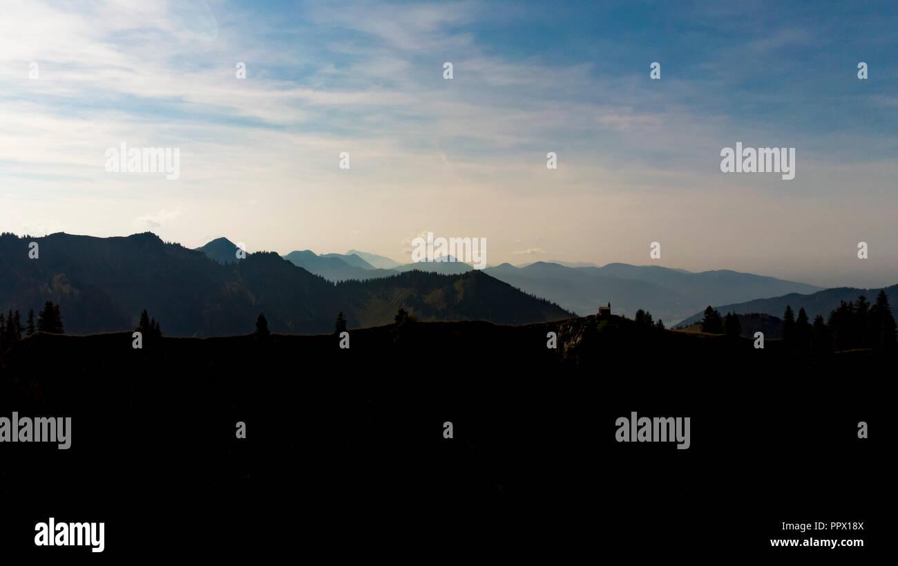 Luftaufnahme von Bergpanorama in der Abendstimmung, Wandern in den Alpen, Bayern - Stock Image