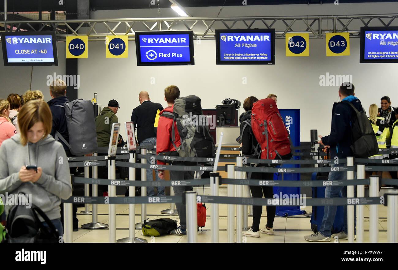 28 September 2018, Brandenburg, Schönefeld: Passengers queue at Ryanair's open check-in counters at Schoenefeld Airport. Pilots and flight attendants of the Irish flying company Ryanair go on strike. Photo: Bernd Settnik/dpa-Zentralbild/dpa - Stock Image
