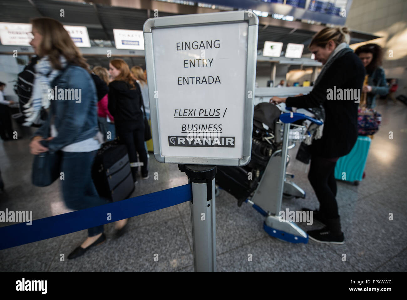 28 September 2018, Hessen, Frankfurt_Main: Passengers line up at a Ryanair counter. Trade unions in several European countries have called for strikes at low-cost airline Ryanair. In Germany, the pilots of the Cockpit Association (VC) and the flight attendants organized at Verdi participate. Photo: Andreas Arnold/dpa - Stock Image
