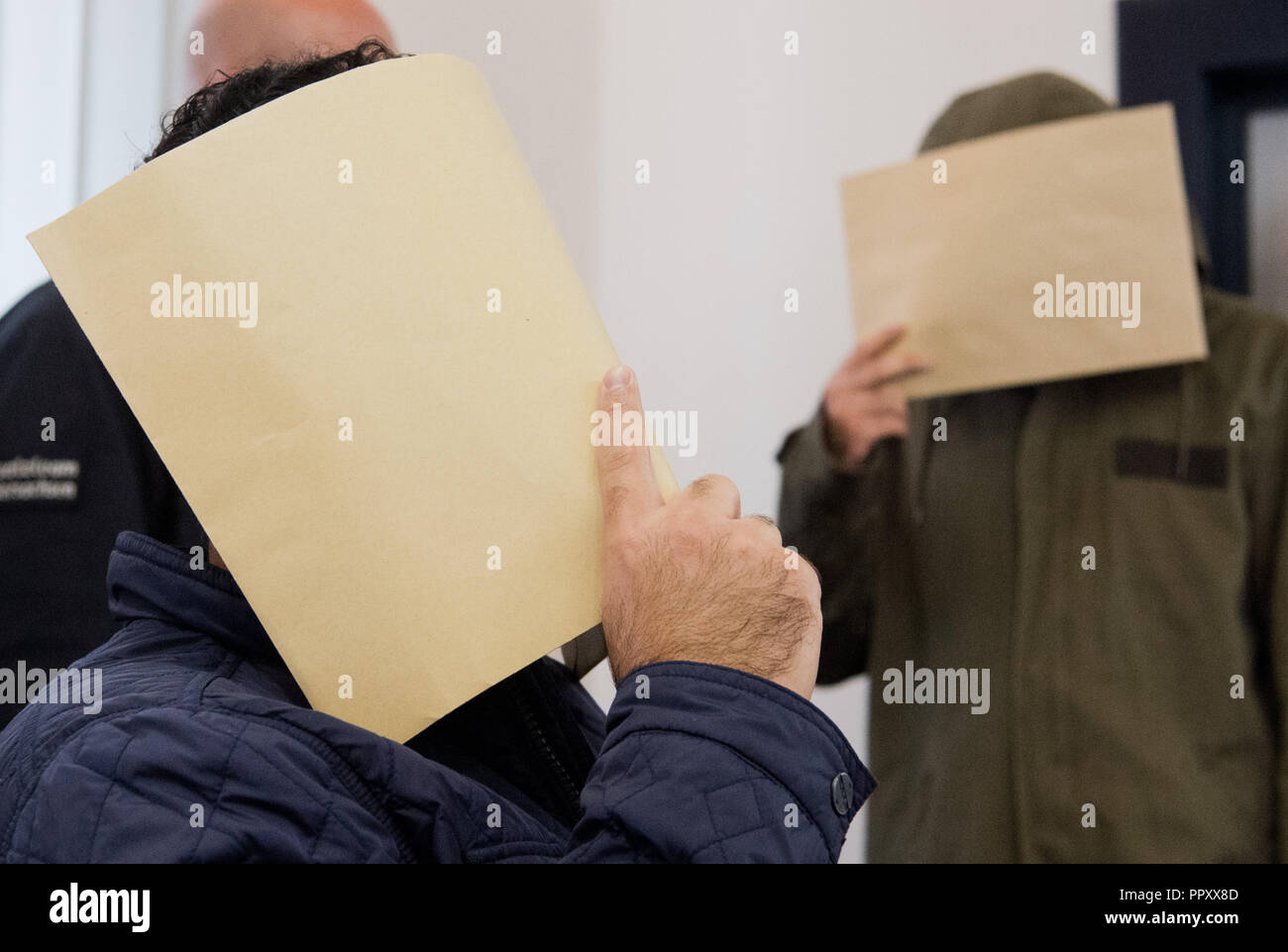 28 September 2018, Lower Saxony, Celle: The defendants will be brought into a courtroom of the district court. Because it allegedly supported the terrorist militia Islamic State IS and called for attacks, a pair of twins from Salzgitter have to answer to the Higher Regional Court in Celle. The trial shall take place on the premises of the Local Court. Photo: Julian Stratenschulte/dpa - Stock Image