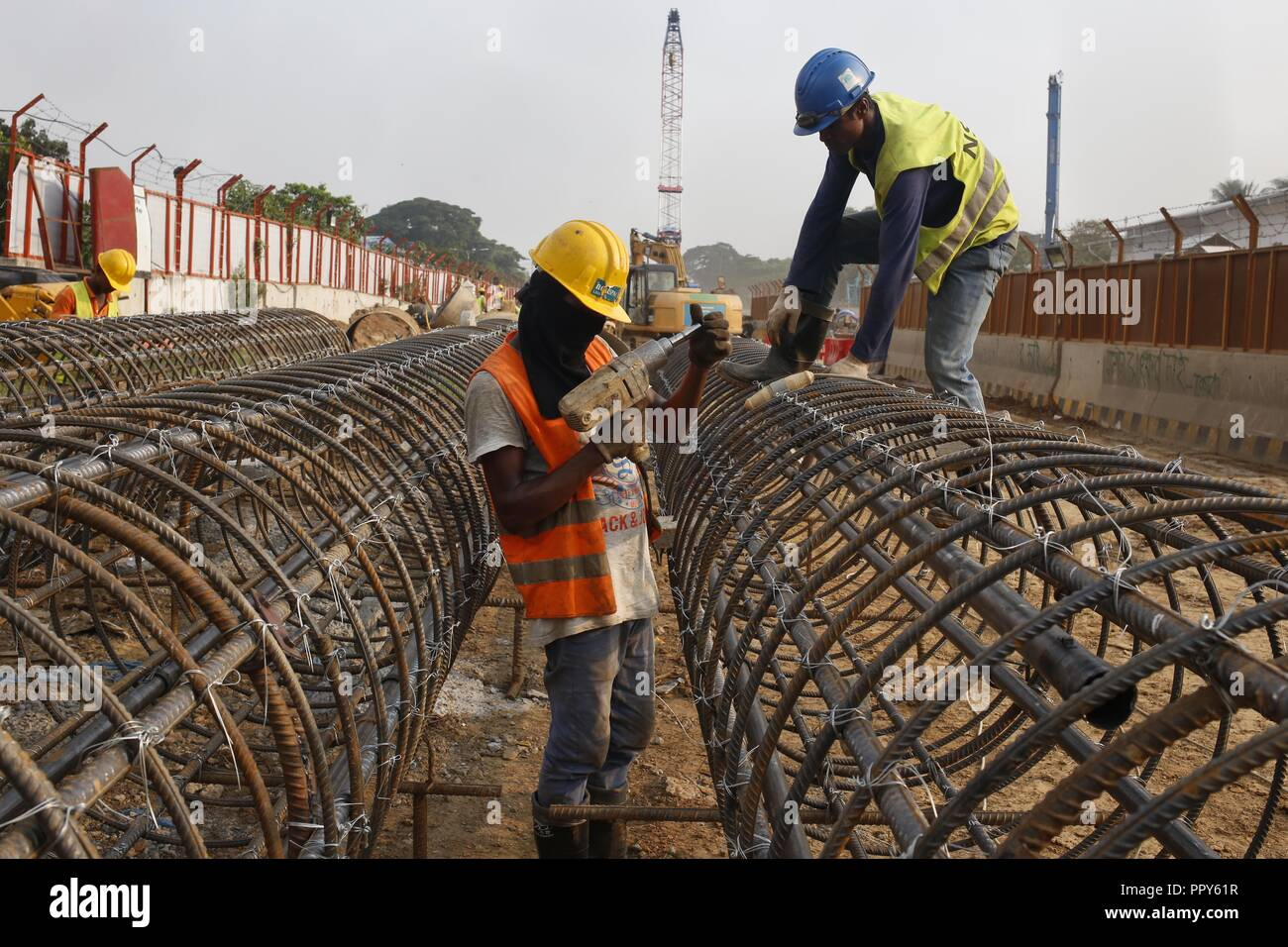 Dhaka, Bangladesh  28th Sep, 2018  Construction workers work in a