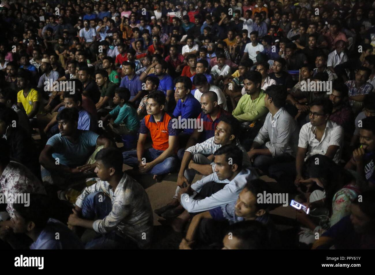 Dhaka, Bangladesh. 28th Sep, 2018. People watch Asia Cup Final cricket Match between Bangladesh vs. India in front of the Teacher - Student Center near Dhaka University Campus. Credit: MD Mehedi Hasan/ZUMA Wire/Alamy Live News - Stock Image