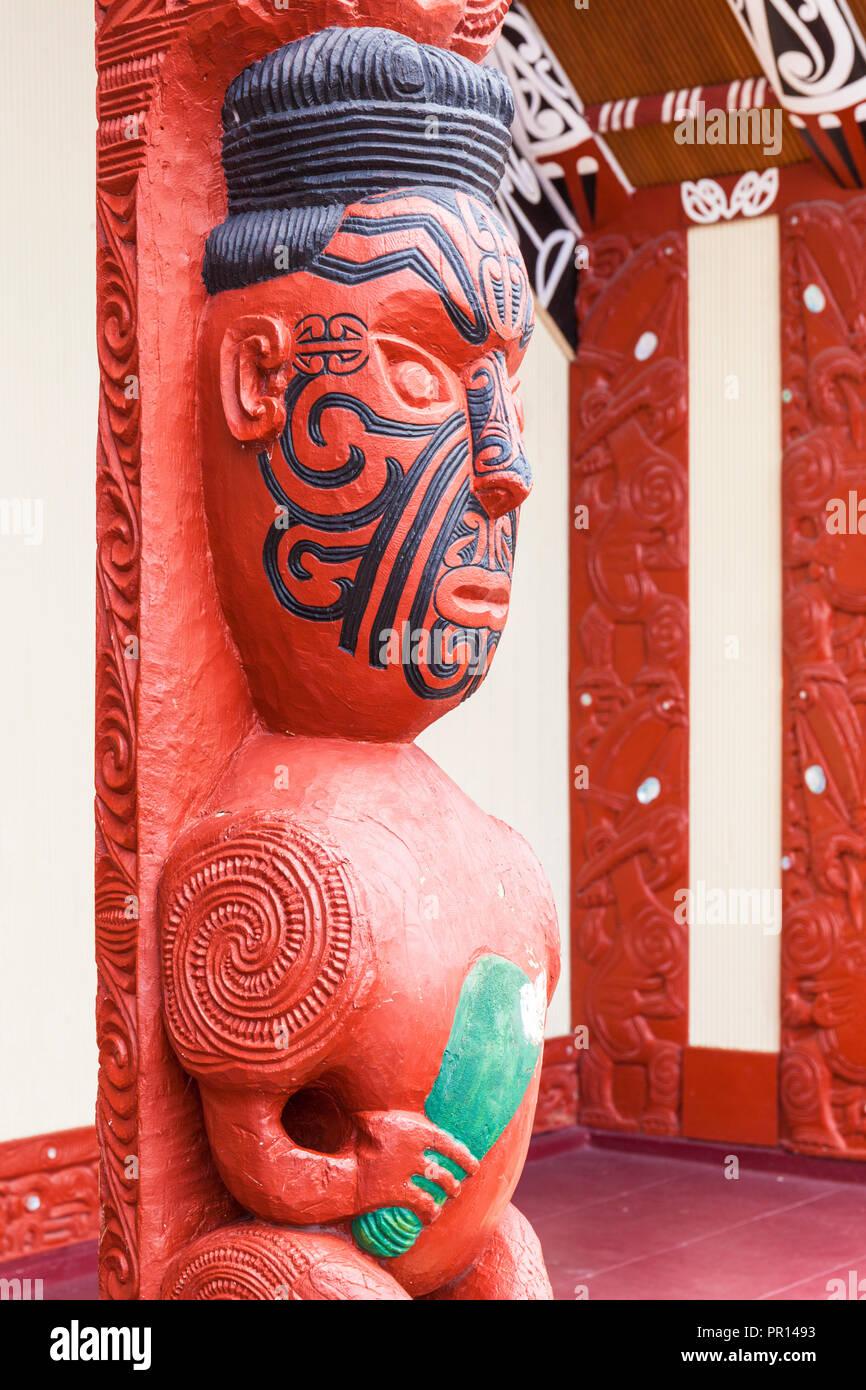 Maori carving with facial tattoos, Wahiao, Whakarewarewa thermal village, Rotorua, North Island, New Zealand, Pacific - Stock Image