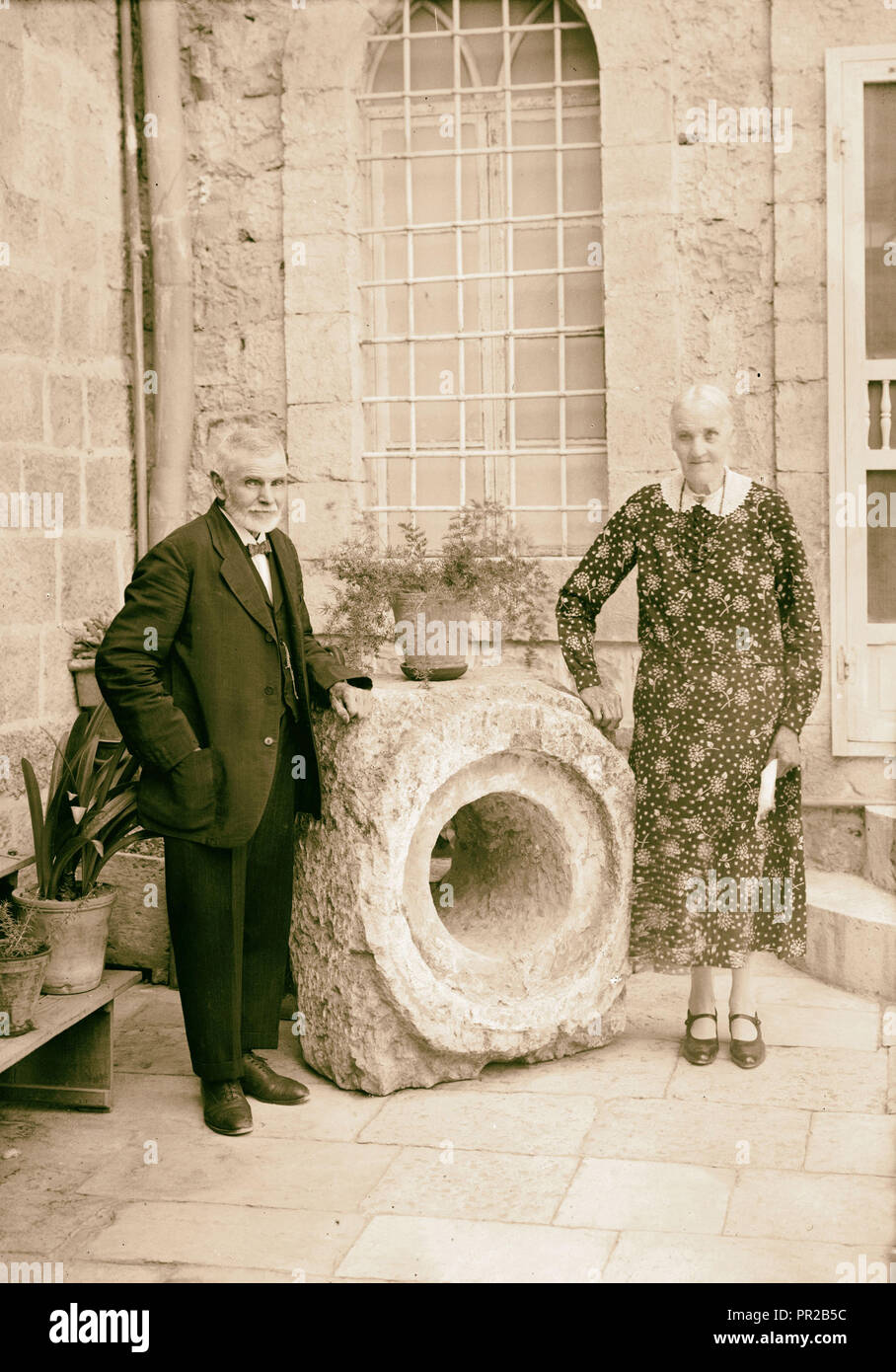 Mr. & Mrs. Joseph Larson of the American Colony photographed by section of the Roman acqueduct from Solomon's Pools - Stock Image