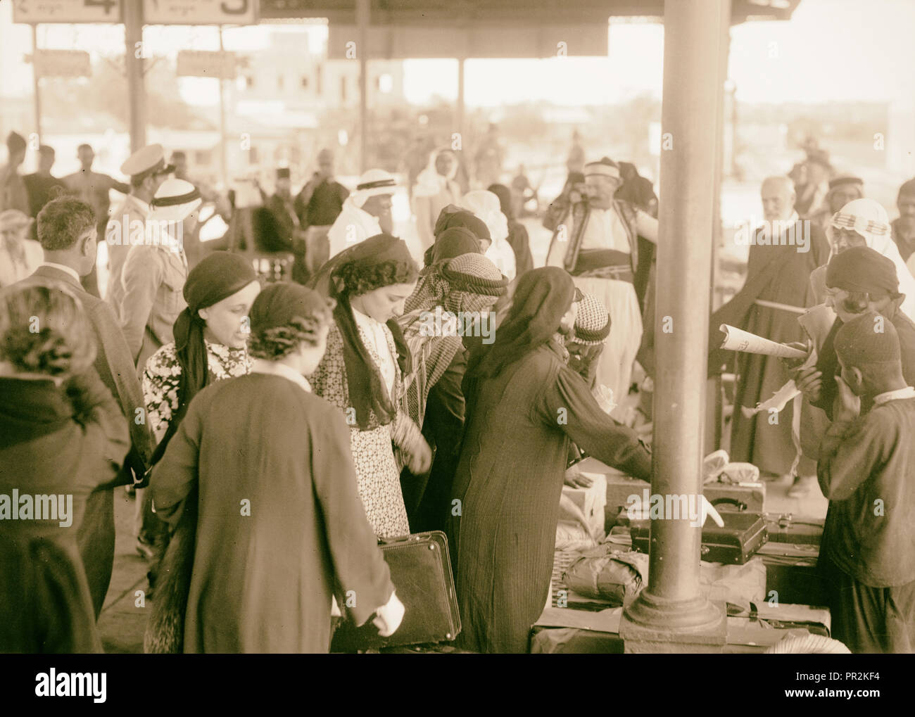 Palestine delegation of Arab ladies leaving Lydda Junction for Cairo, Oct 12, '38. Unposed crowd, claiming baggage - Stock Image