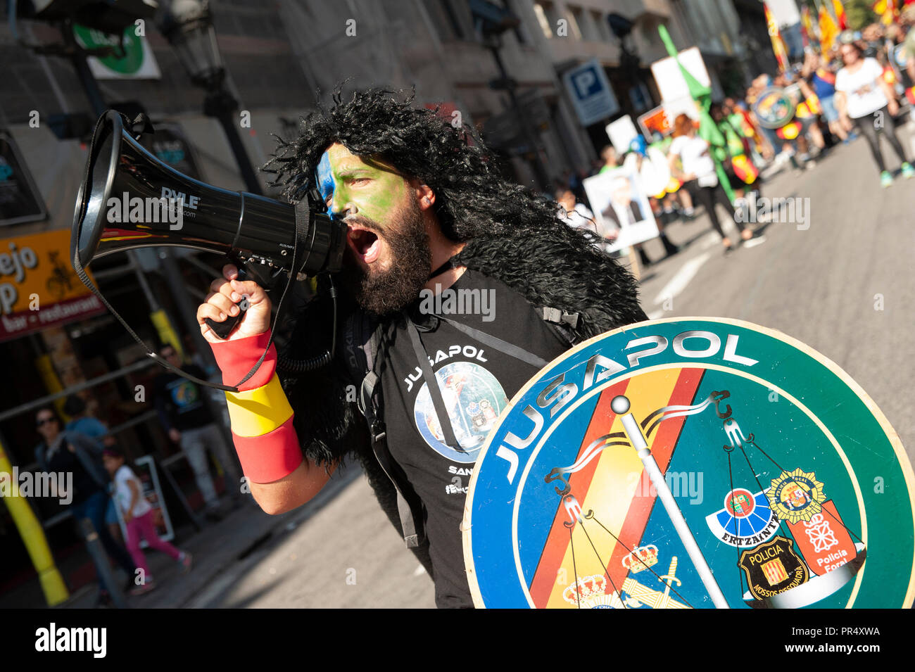 Barcelona. 29th September, 2018.  Catalonia's pro-independence supporters clash with Mossos d'Esquadra police officers as they protest against a demonstration to commemorate their operation to prevent the 2017 Catalonia Independence Referendum. Credit: Charlie Pérez / Alamy Live News Stock Photo