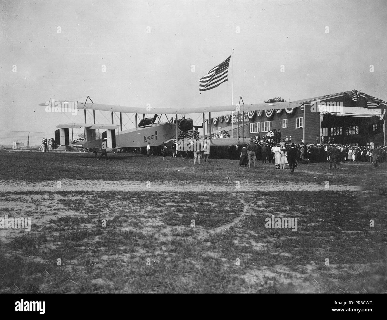 1917-1919  The Handley-Page Aero Langley beside the hangar before her trial trip, Elizabeth, N.J - Stock Image