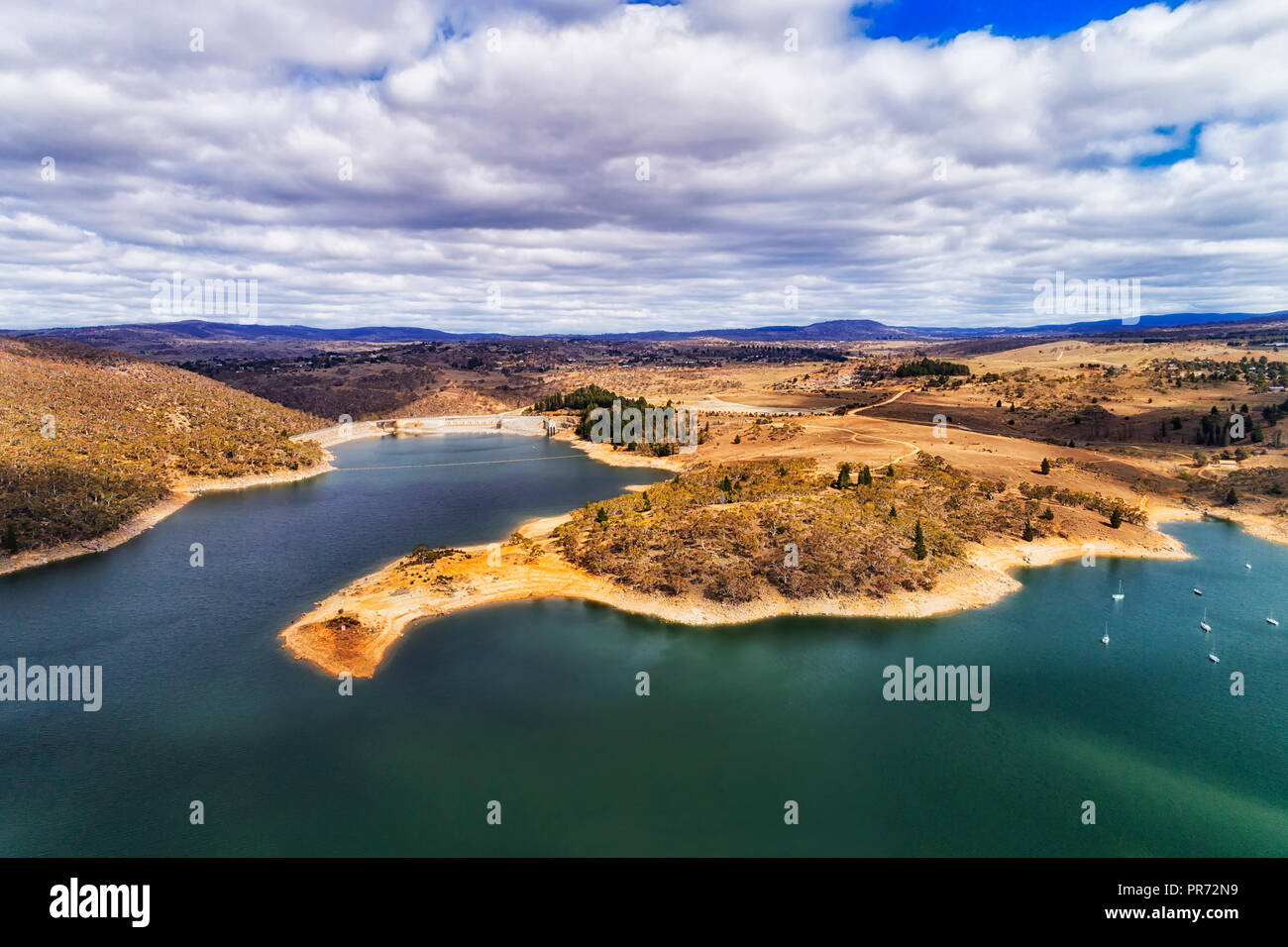 Curved waterfront of Jindabyne lake on Snowy river around dam which forms the lake in Jindabyne town of Snowy mountains in Australia. - Stock Image