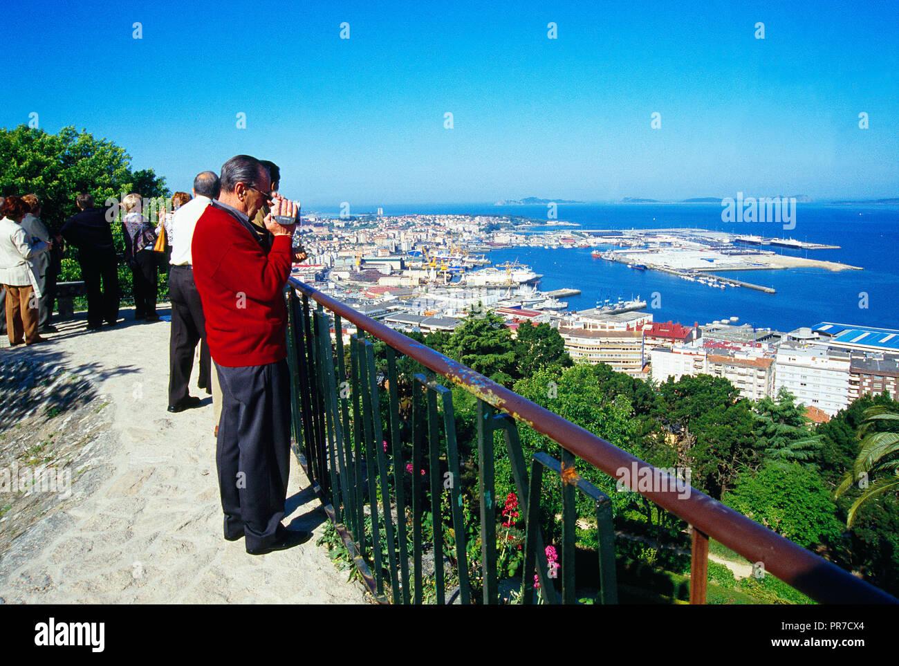 People at the viewpoint. El Castro, Vigo, Pontevedra province, Galicia, Spain. - Stock Image