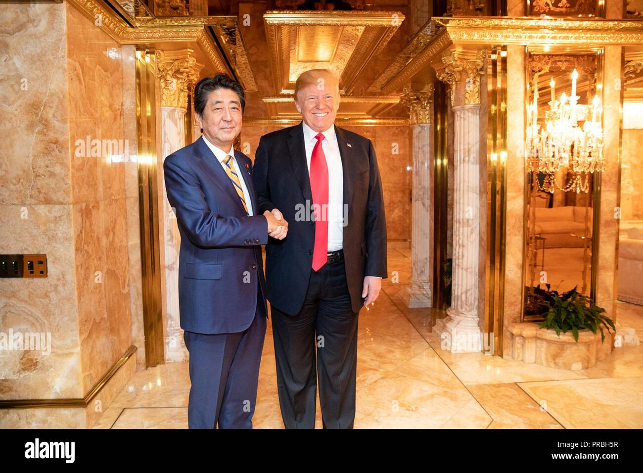 ¿Cuánto mide Shinzo Abe? - Altura - Real height Us-president-donald-trump-poses-with-japanese-prime-minister-shinzo-abe-during-a-working-dinner-at-trumps-personal-residence-in-at-trump-tower-september-23-2018-in-new-york-new-york-PRBH5R